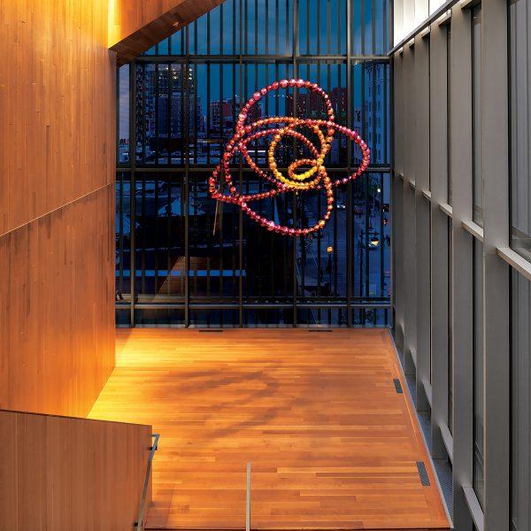 Photo : Nœud Pivoine (2015), Jean-Michel Othoniel, au troisième étage du Pavillon pour la Paix Michal et Renata Hornstein, Musée des beaux-arts de Montréal. © Jean-Michel Othoniel / SODRAC (2016). Photo : MBAM, Denis Farley.