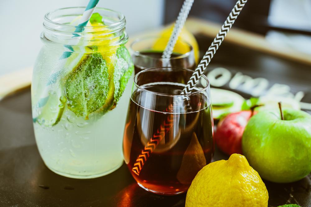 On peut ajouter toutes sortes de fruits, de fines herbes, et en faire une boisson rafraichissante à souhait!