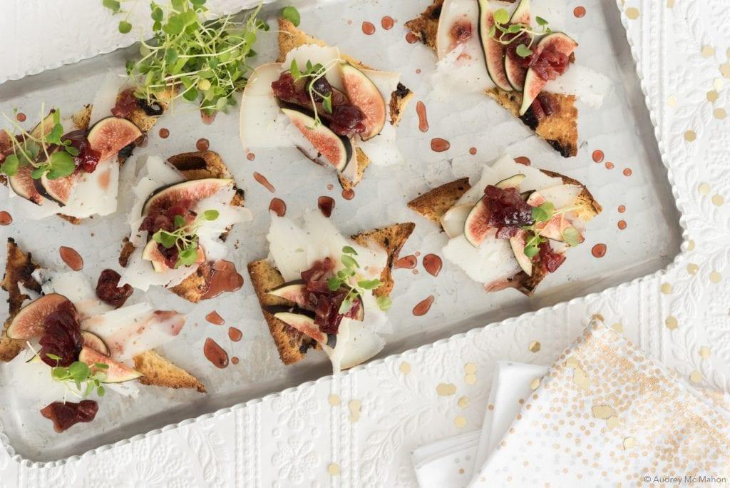 Toasts de panettone, fromage et salsa de figues