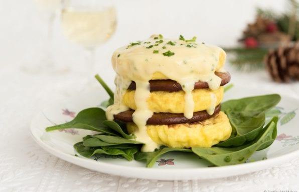 Tour d'omelettes florentine, saucisses et sauce hollandaise